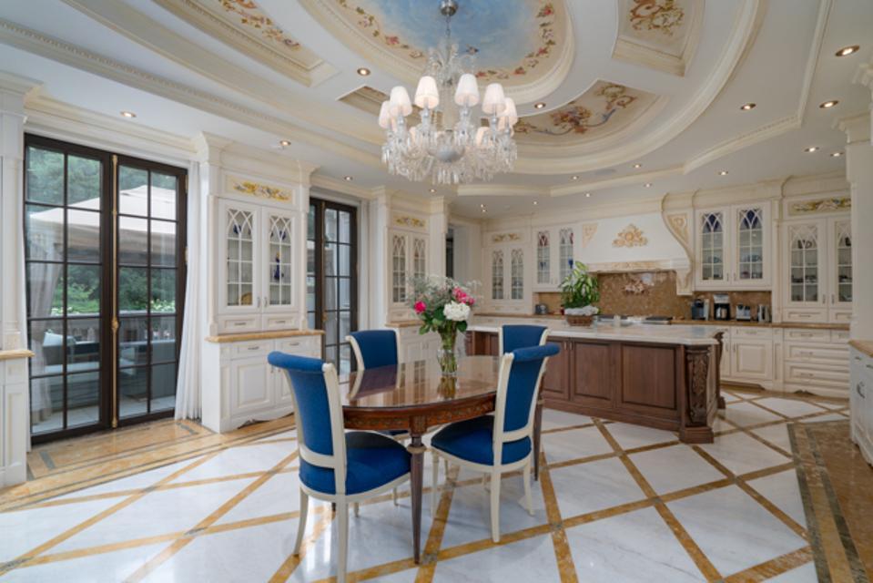 A beautiful spacious kitchen.
