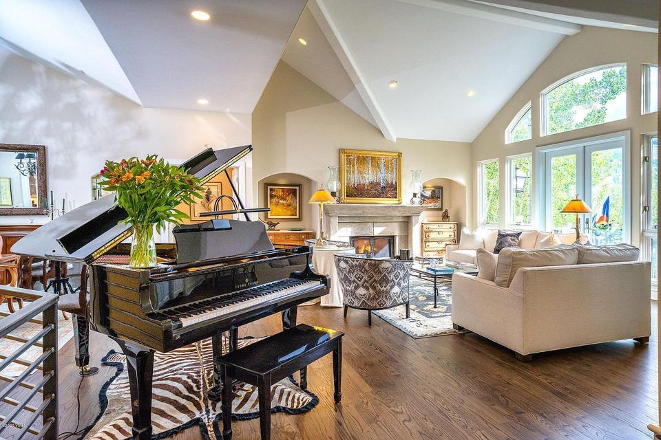 La sala de estar dentro de una lujosa casa de elefantes en 782 parcela de papas Dr. Colorado