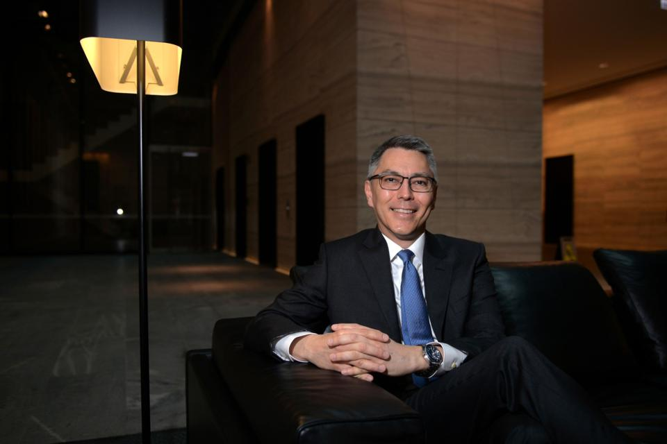 BHP CEO Mike Henry Sees Next Six Weeks as Key For Virus Hit to Commodities