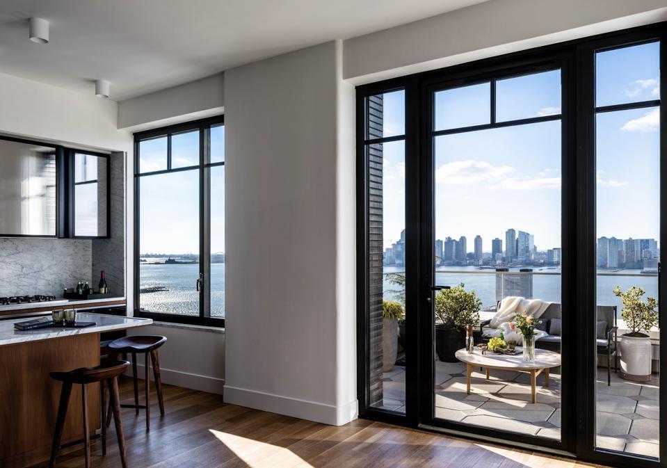 La cuisine mène au balcon par une grande fenêtre.