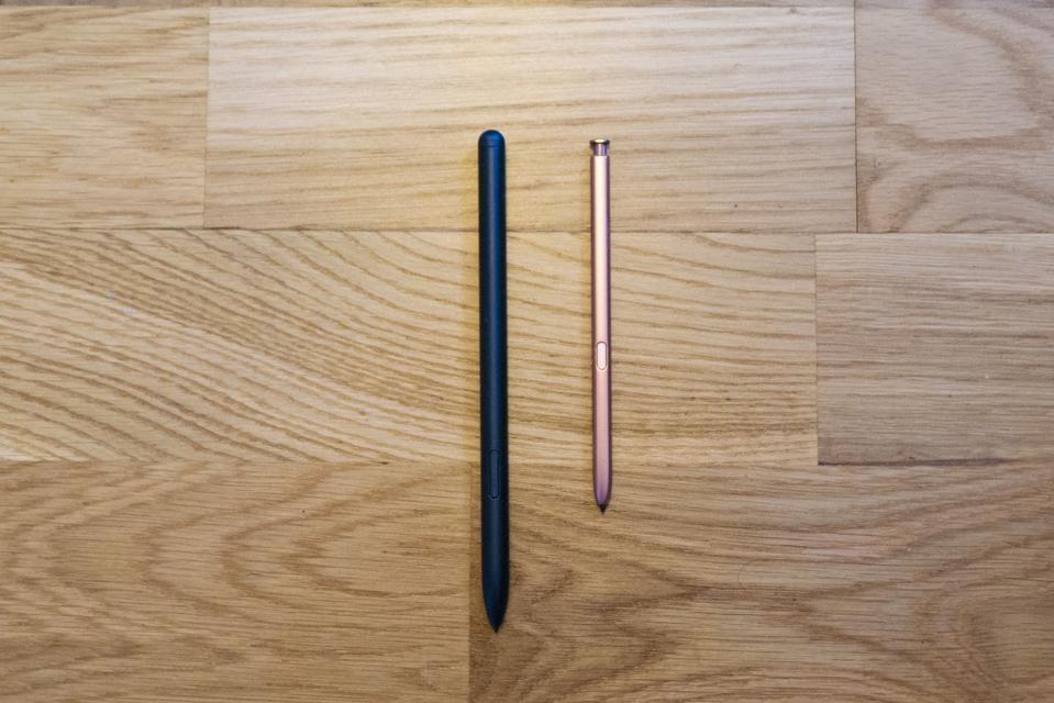 Nota El S Pen (derecha) no se siente tan firme como el S Pen de escala completa (izquierda).