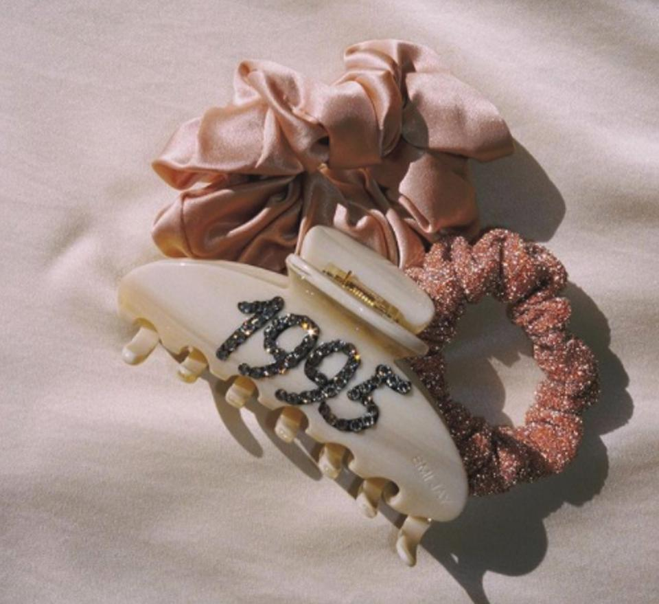 Acrylic big hair clip in white with 1995 embellishment and two rose gold scrunchies