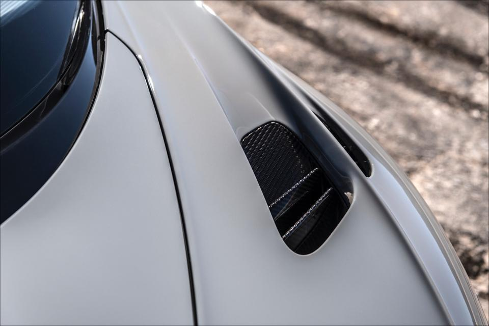 Extraction aero vent atop Chiron Pur Sport  front fender.