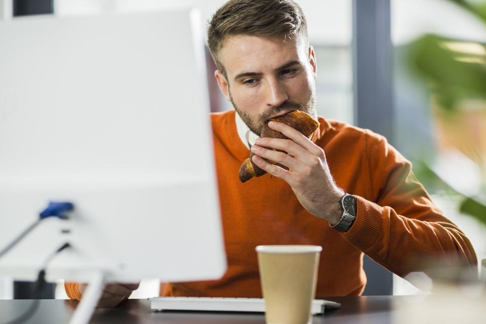 Tidak lagi haram untuk makan di meja anda di tempat kerja kerana Covid-19