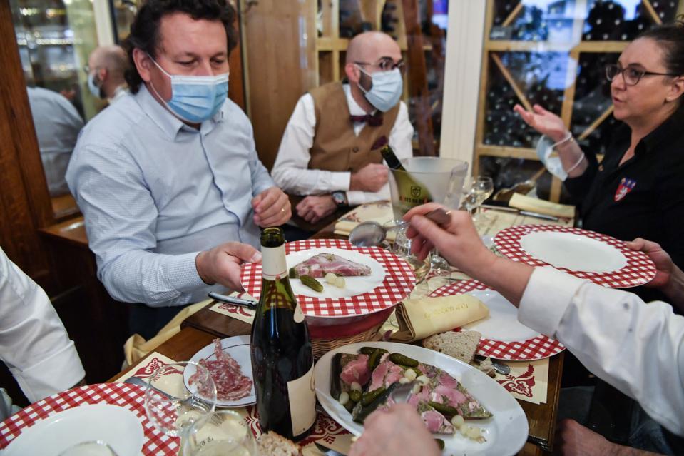 Pelanggan makan makanan pagi tradisional bernama ″ machon ″ pada bulan Oktober di Lyon, tenggara Perancis.