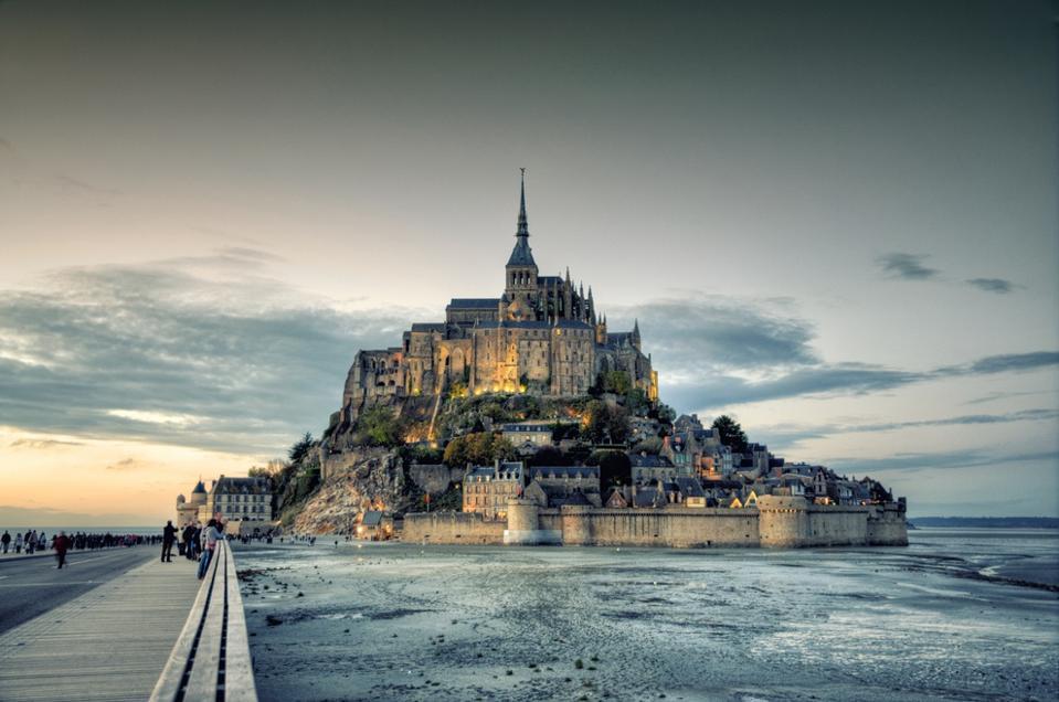 L'abbaye du Mont Saint-Michel dans le nord de la France est près du village de Saint-Senier-de-Beuvron