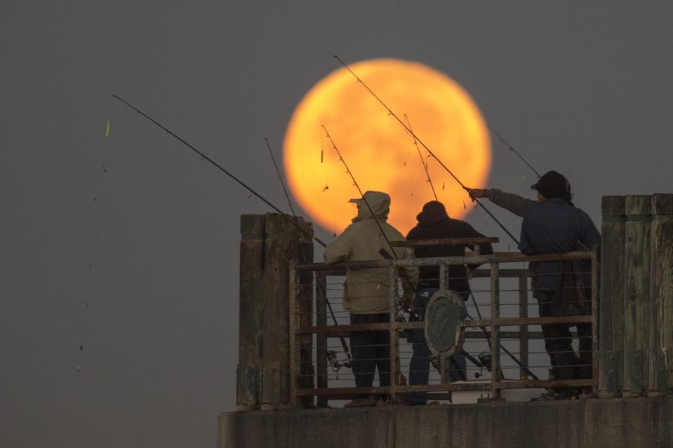Massive ″Super Moon″ Rises Over U.S.