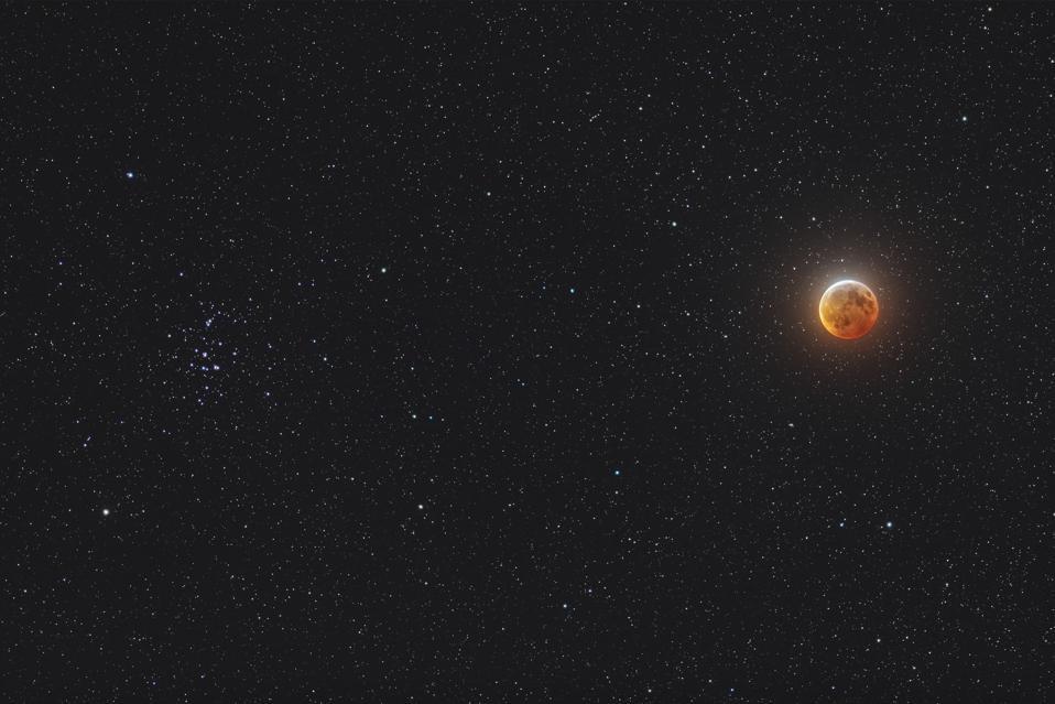Luna eclipsada junto a la colmena