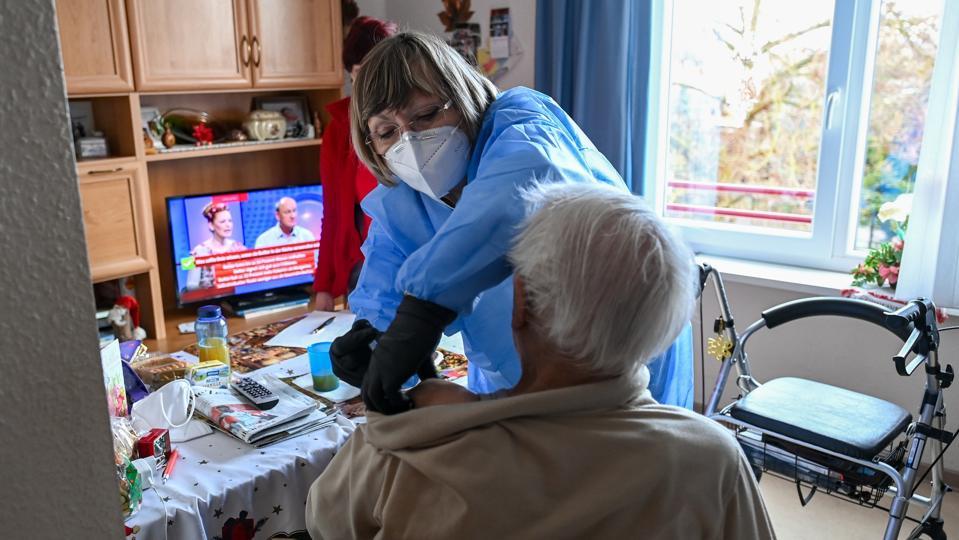 Coronavirus - Mobile vaccination team in the nursing home