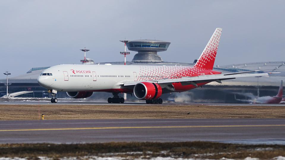 Windscreen crack forces Boeing 777 airliner into emergency landing at Vnukovo Airport
