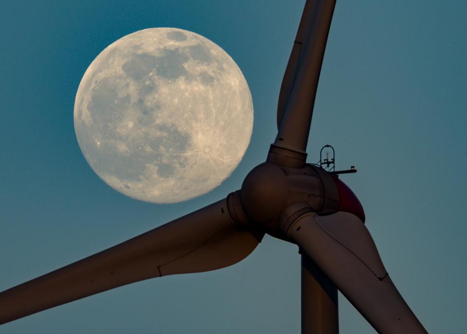 La luna se eleva sobre Brandeburgo