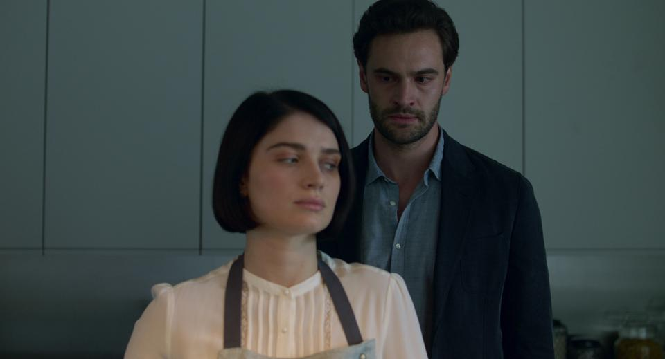 Eve Hewson and Tom Bateman in 'Behind Her Eyes' on Netflix