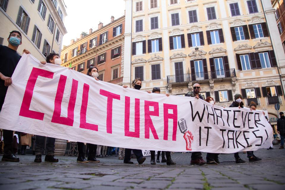 The demonstration was organized by workers of the Italian Italian entertainment sector