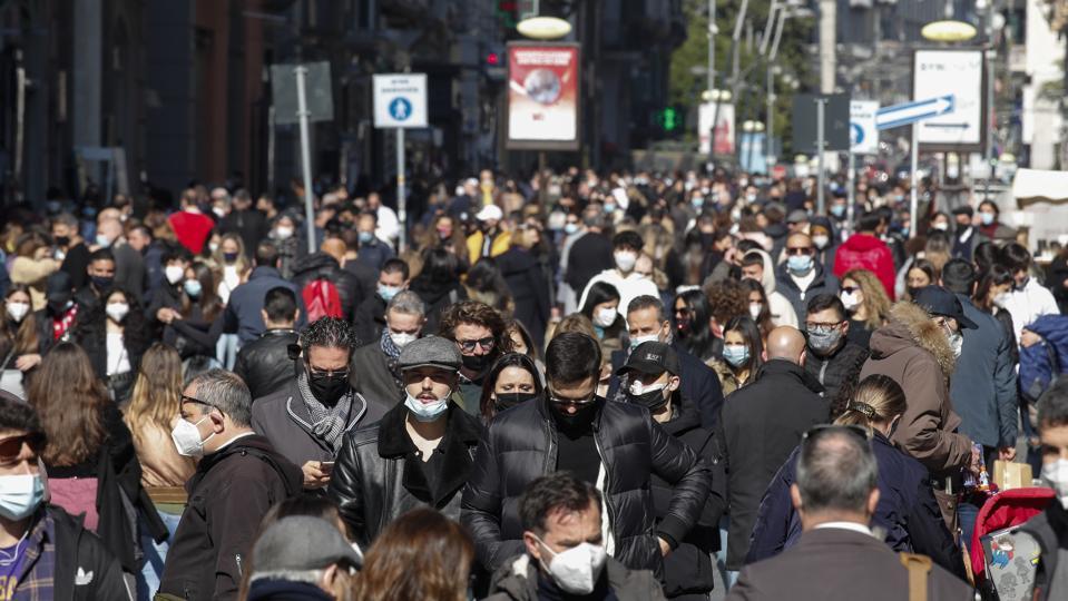 Una grande folla in via Toledo a Napoli, una ...