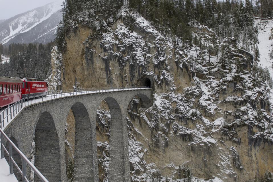 Viaduc de Landwasser dans les Alpes suisses