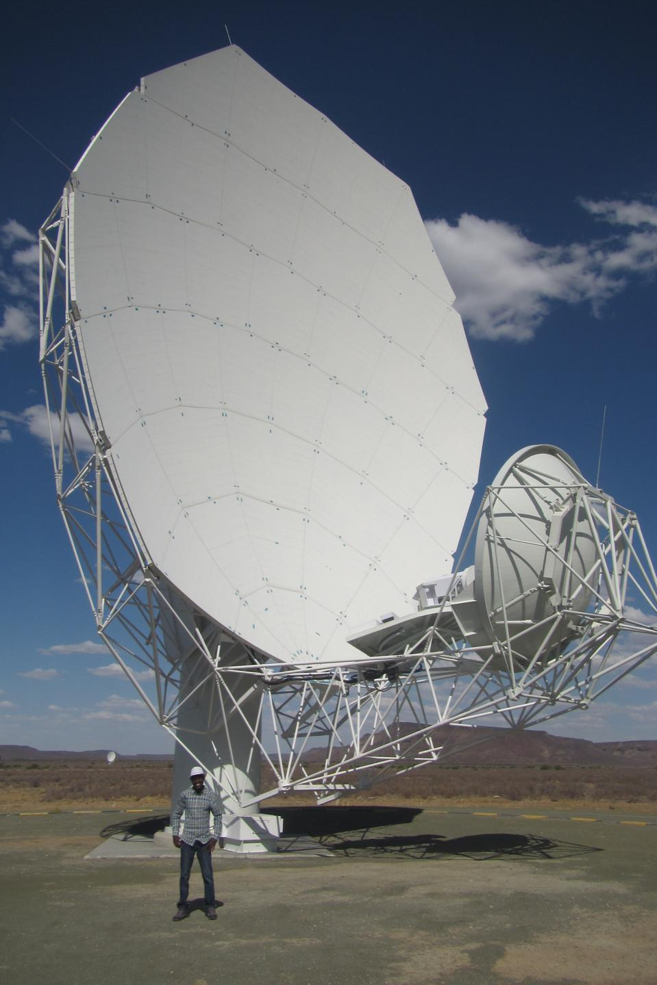 El astrónomo sudanés Abu Bakr Ibrahim frente al radiotelescopio Mirkat.