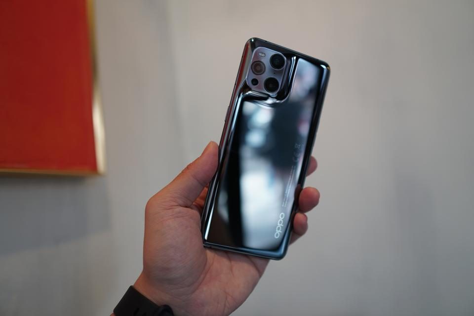 Oppo Find X3 Pro in this color looks like liquid metal