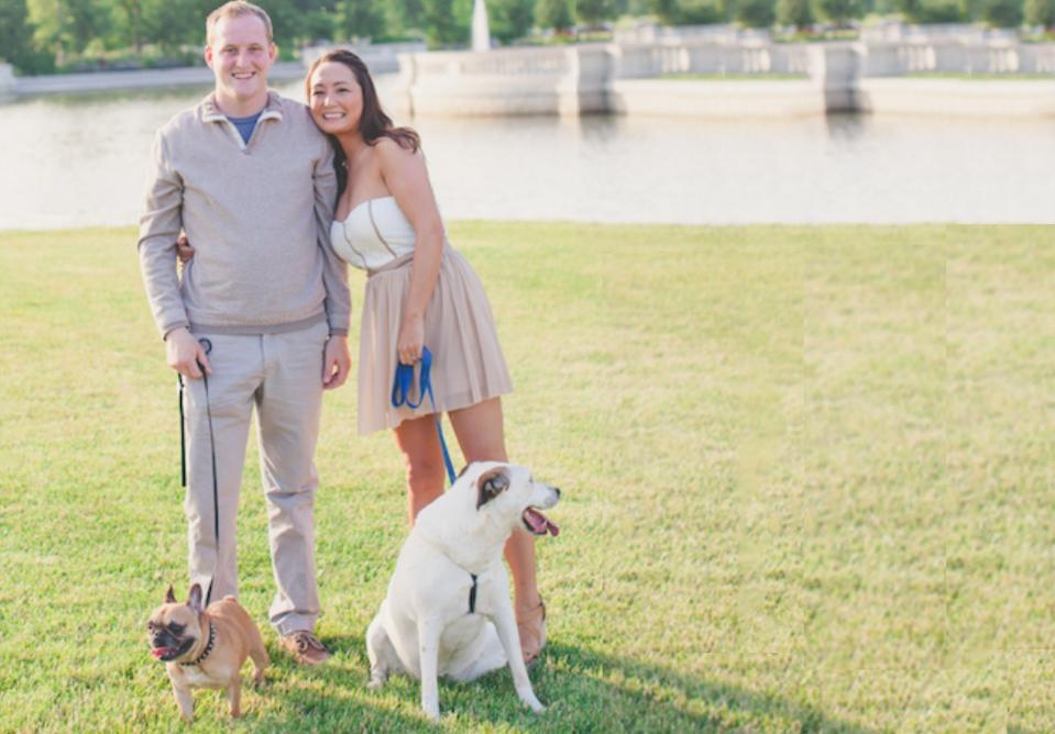 Experte en finances personnelles Michelle Schroeder-Gardner avec mari et deux chiens