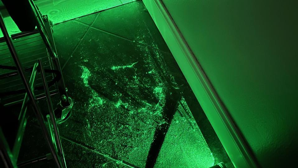 Piso de baldosas sucias iluminado con láser verde