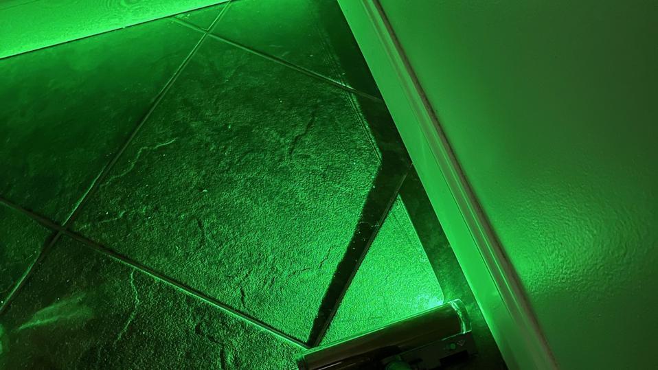 Limpiar el suelo de baldosas con un láser verde