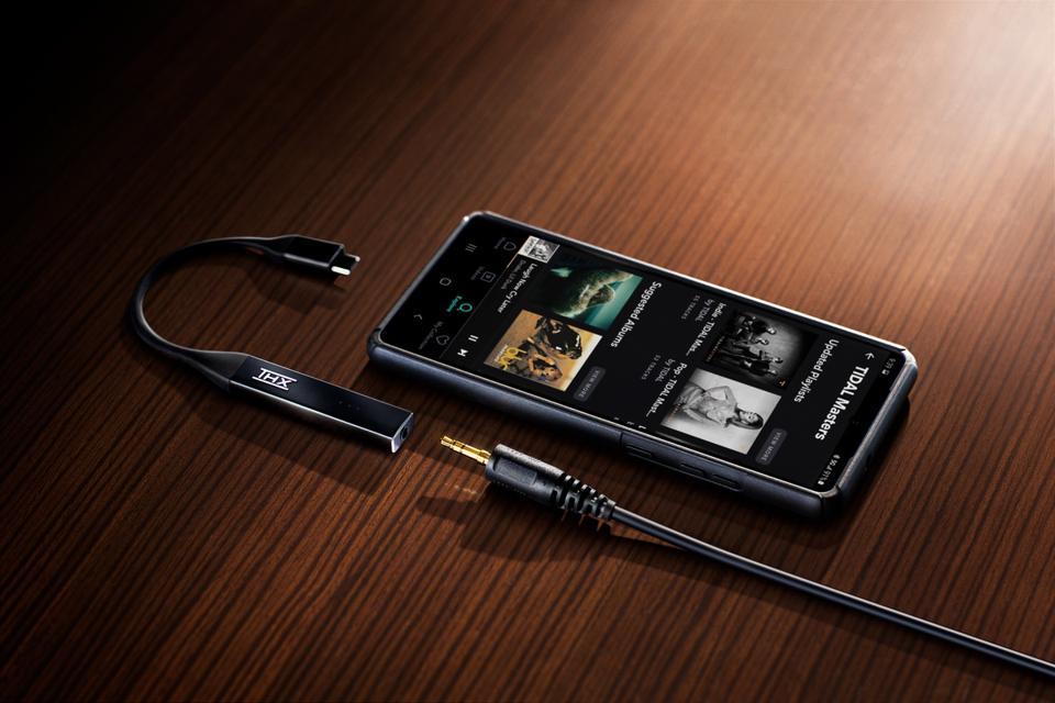 THX Onyx and smartphone