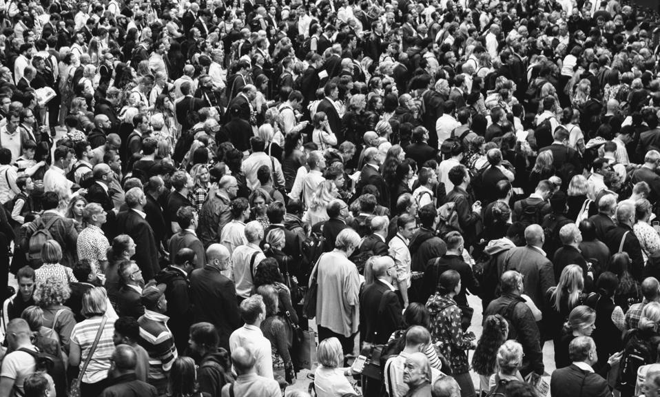 Menschenmenge in schwarz und weiß