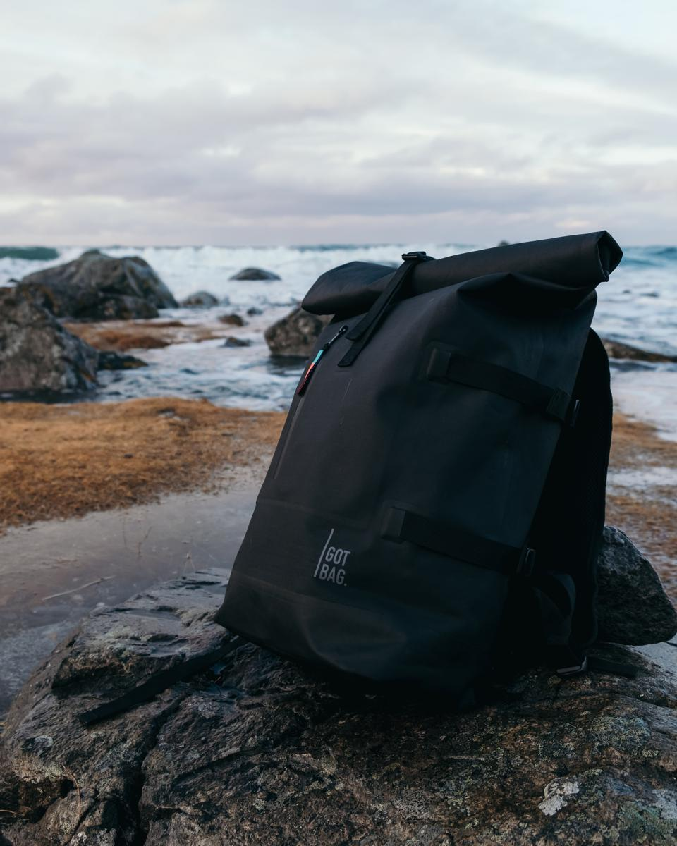 GOT BAG's ROLLTOP backpack is the ultimate sustainable bag for everyday adventures. The ROLLTOP backpack is robust, lightweight and can be easily adjusted from 23 to 30 litres to fit all your essentials. The removable laptop sleeve offers additional storage space inside, while the water-resistant fabric keeps your valuables dry.