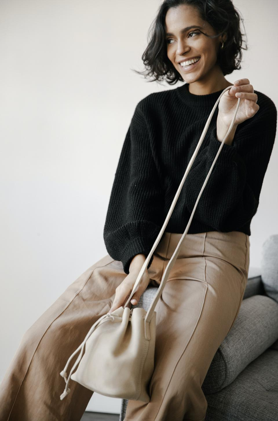 With attention to detail and minimalist design, the new Topa Mini bucket is the perfect statement leather bag inspired by the best of East African style and California confidence.