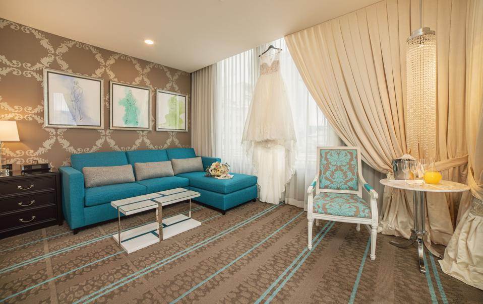 À l'intérieur du forfait Suite nuptiale chez The Nines, qui comprend une séance photo de 2 heures avant que le couple ne dise «oui».