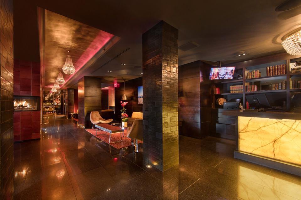 Le luxueux hôtel boutique Sanctuary situé au cœur de Times Square a été conçu pour les séjours et pour bloquer le bruit de Midtown Manhattan.