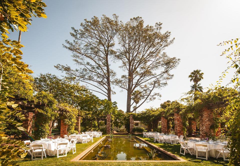 Remplis de papillons, les étangs Arbor et Lily offrent une évasion sereine pour de beaux mariages, en plein air.