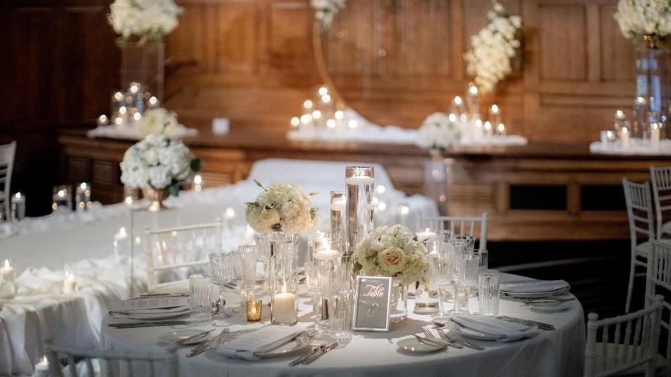 Garam King de Lotte dit que les couples peuvent choisir parmi trois concepts: le blanc et blanc, le blush bliss et la rêverie royale.