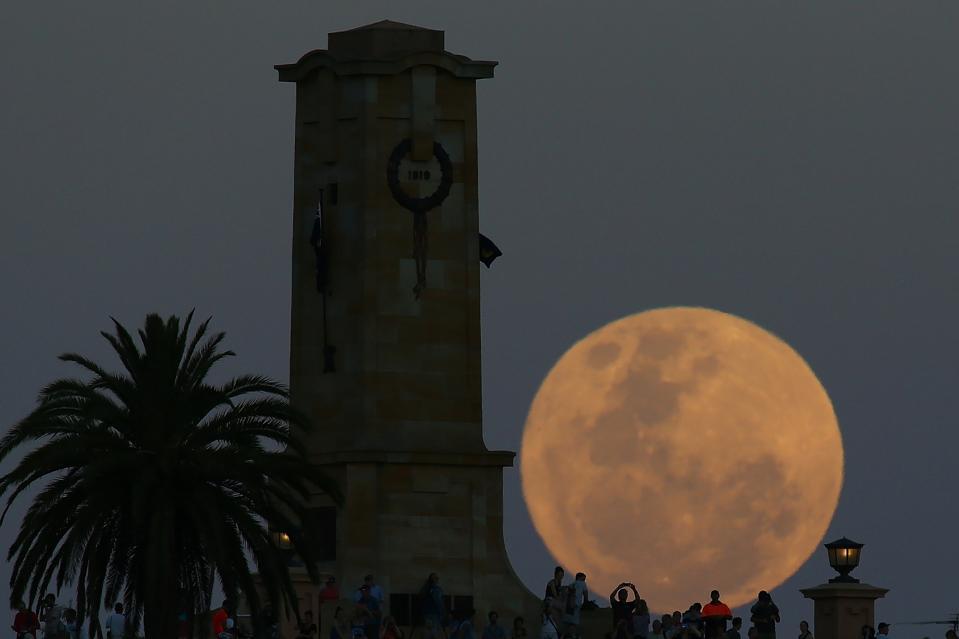 La luna gigante sorge sull'Australia