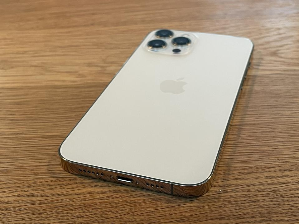 Apple iPhone 12 Pro in oro.