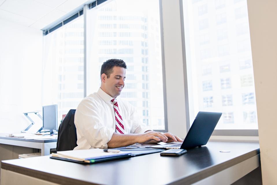 Avocat d'affaires à l'aide d'un ordinateur portable au bureau