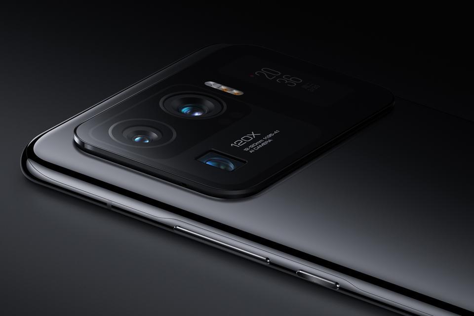 The Xiaomi Mi 11 Ultra features a huge camera module.