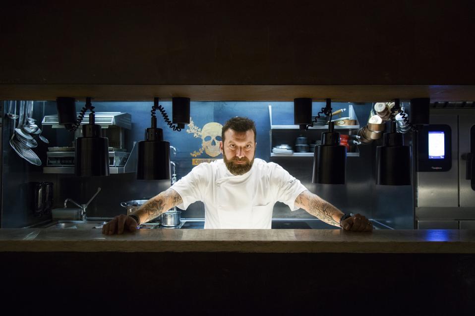 Chef Ljubomir Stanisic orgulhosamente está atrás do balcão do 100 Maneiras em Lisboa