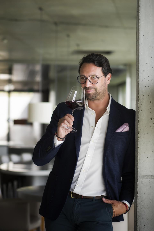 O empresário português do vinho Claudio Martins aprecia uma taça de vinho tinto