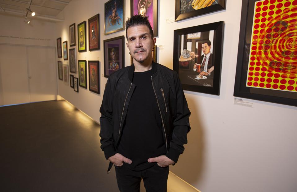 Le batteur d'anthrax Charlie Benante pose aux côtés de ses œuvres d'art lors de la soirée d'ouverture de sa première galerie d'art.  Samedi 20 mars 2021 au Zhou B Art Center à Chicago, IL (photo de Barry Brecheisen)
