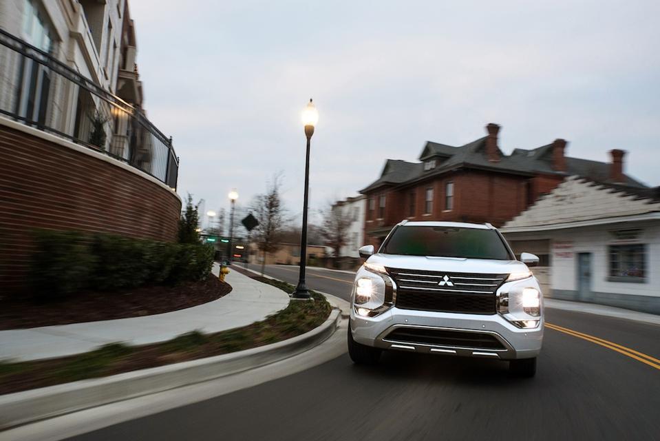2022 Mitsubishi Outlander Front Driving