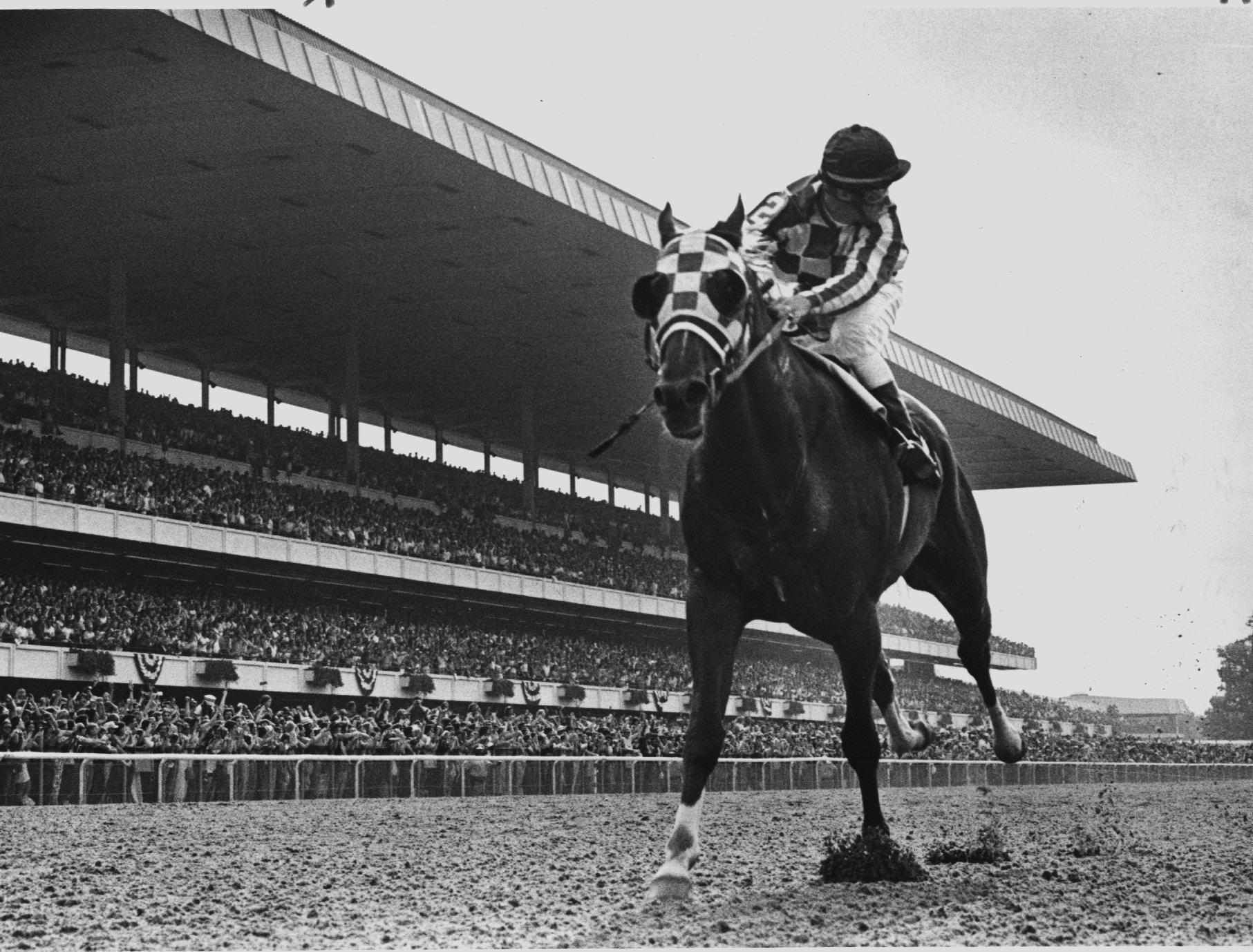 Sekretariat memenangkan Belmont Stakes dengan rekor 31-panjang, menyelesaikan 1973 Triple Crown