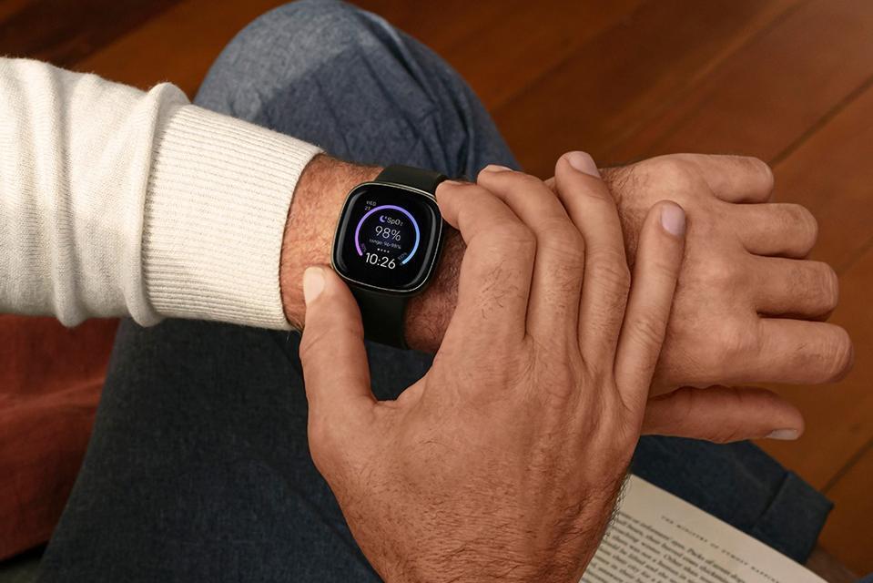 Ventes Amazon: montre intelligente Fitbit Sense sur le poignet des hommes