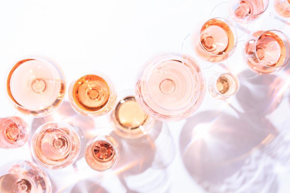 العديد من أكواب نبيذ الورد في تذوق النبيذ. مفهوم نبيذ الورد والتنوع