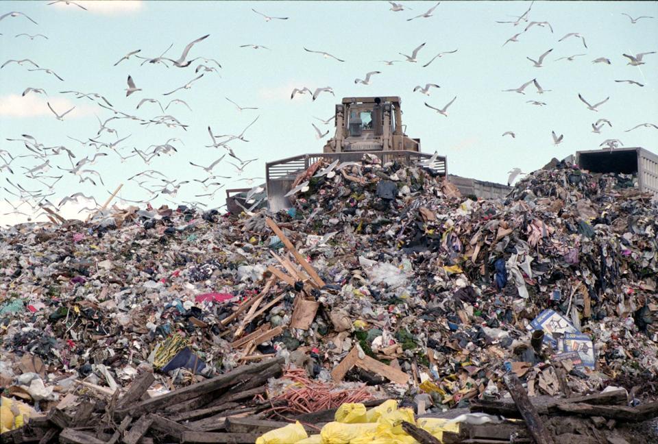 تدور القصة حول التحرك لجعل الناس يدفعون لكل كيس مقابل جمع القمامة كوسيلة لتوفير المال والحصول على الأشخاص