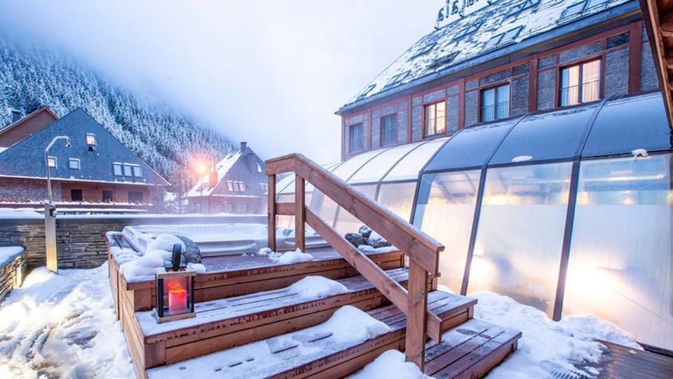 Outdoor pool and sauna at MiM Baqueira