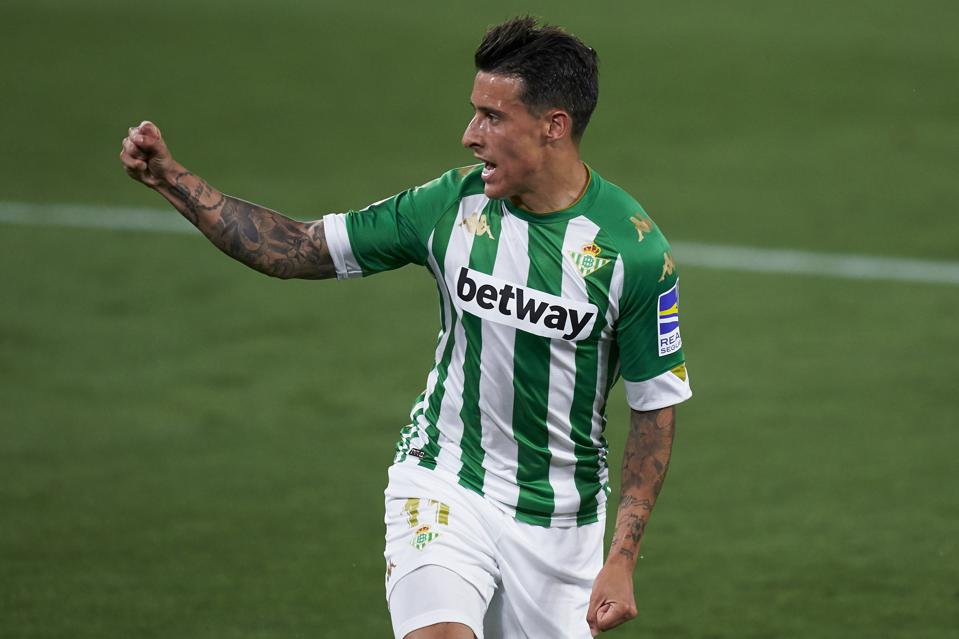 Cristian Tello clenches his fist in celebration after scoring against Atlético Madrid.