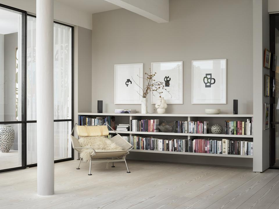 Living room with two Beosound Emerge speakers on a shelf