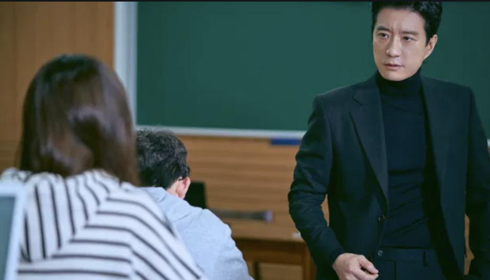 Kim Myung-min plays a law professor not popular with his students in 'Law School.'