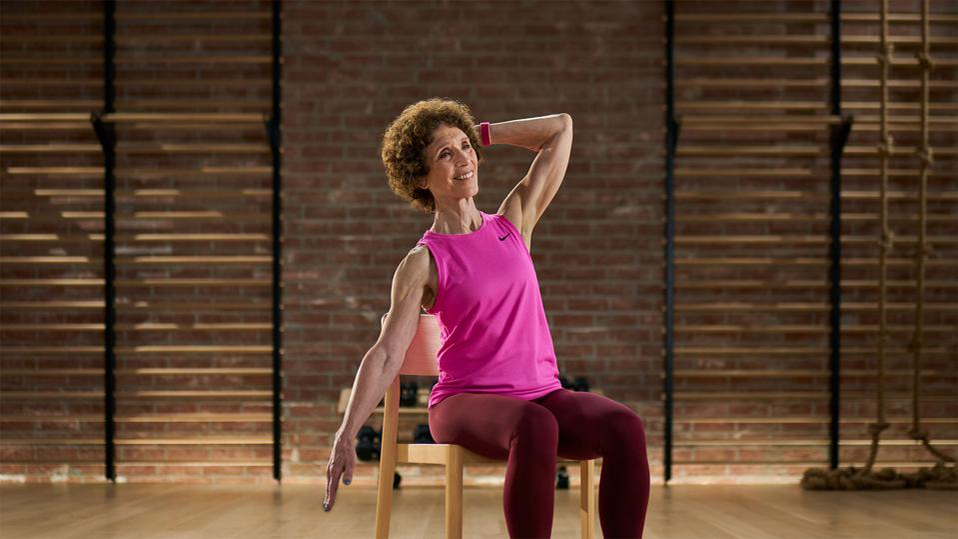 Apple Fitness + ora includerà esercizi per gli anziani.  Questa è l'istruttrice di yoga Molly Fox.