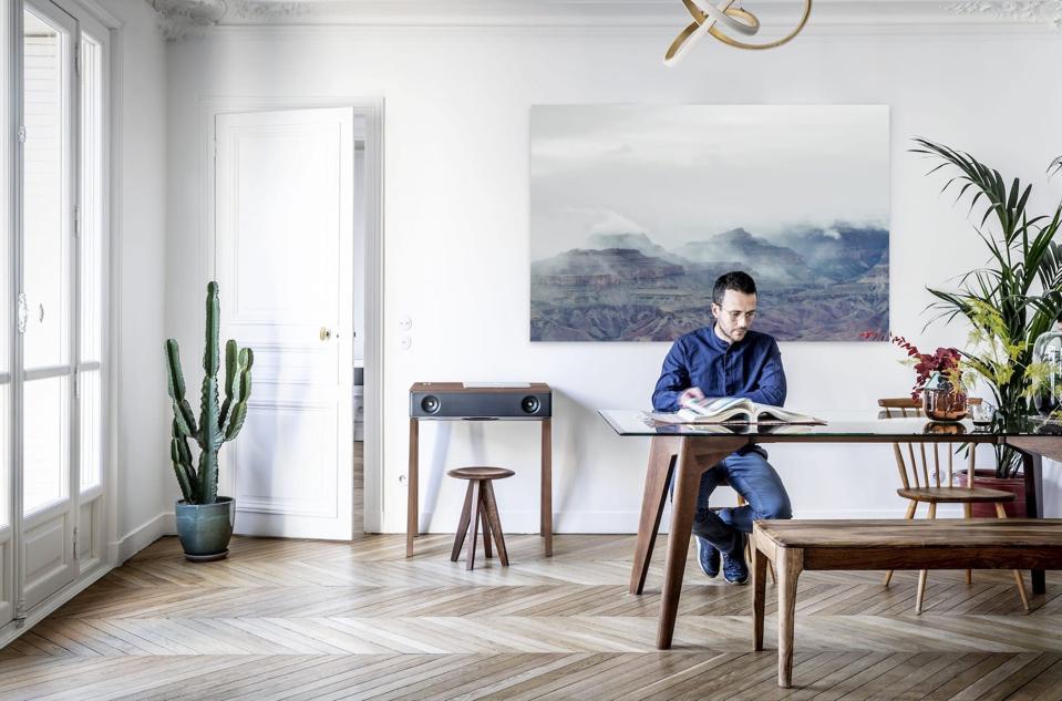 Man in room with a desk and a La Boite Concept LX